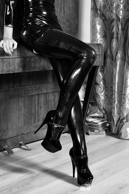 фото госпожа на высоких каблуках доминирует